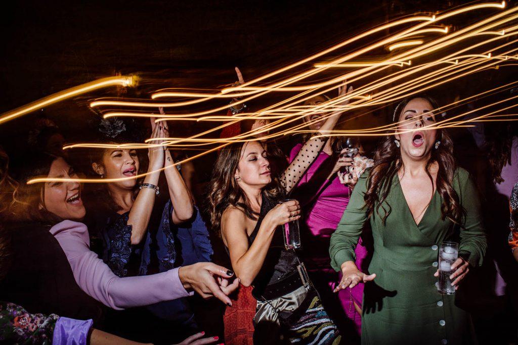 Amigas de la novia de fiesta en Padre de la novia de fiesta en la Desmadre en L' Alqueria de Galim.
