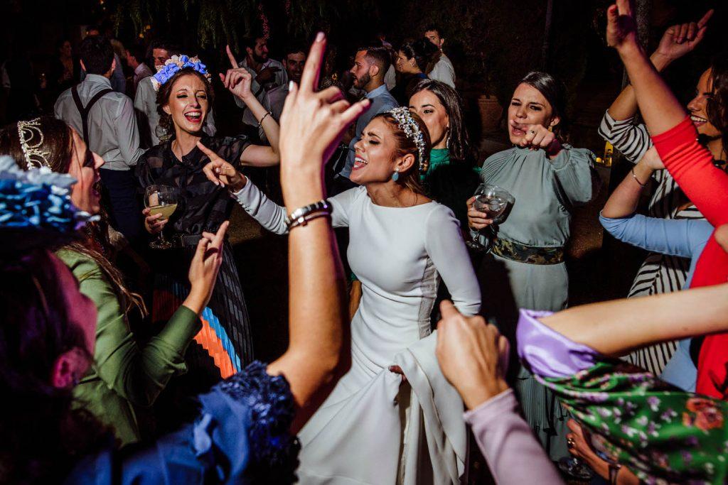 Fiesta en la pinada de Los padres de la novia de fiesta en Amigas de la novia de fiesta en Padre de la novia de fiesta en la Desmadre en L' Alqueria de Galim.