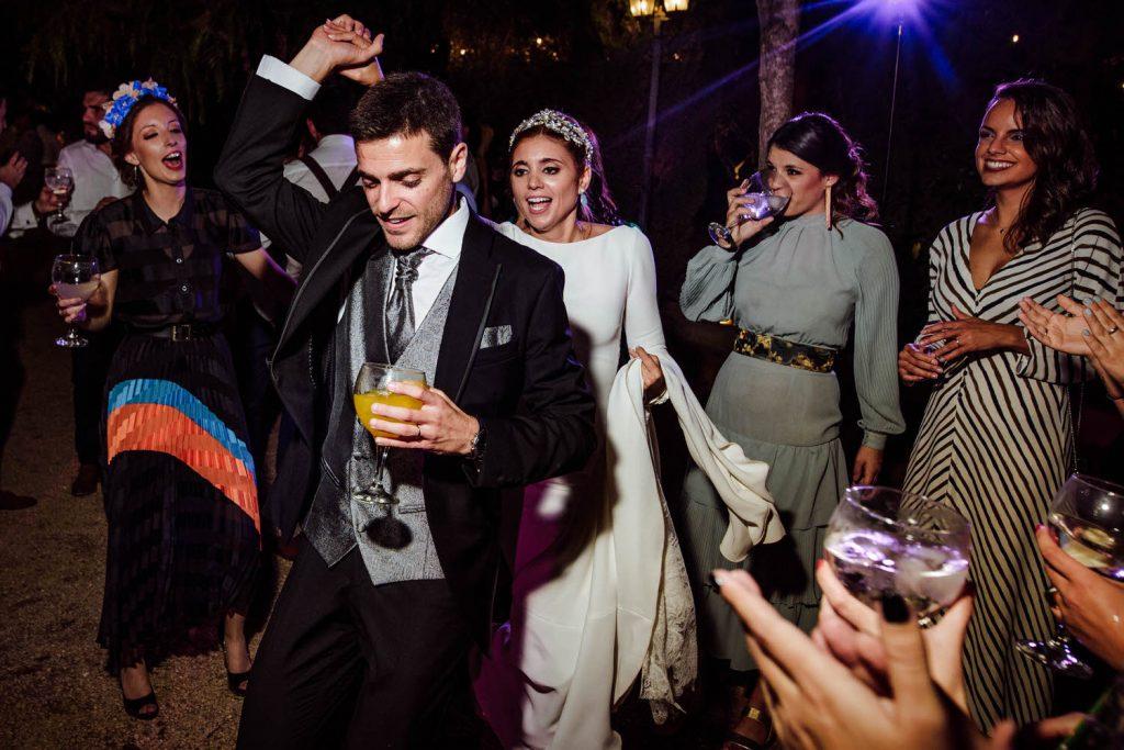 Novios de fiesta en Fiesta en la pinada de Los padres de la novia de fiesta en Amigas de la novia de fiesta en Padre de la novia de fiesta en la Desmadre en L' Alqueria de Galim.