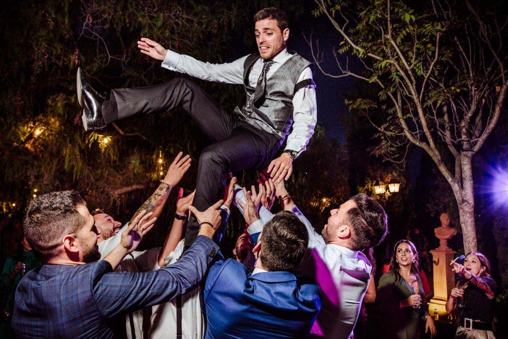 Manteo del novia en la fiesta de Amigas de la novia de fiesta en Novios de fiesta en Fiesta en la pinada de Los padres de la novia de fiesta en Amigas de la novia de fiesta en Padre de la novia de fiesta en la Desmadre en L' Alqueria de Galim.